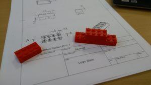 Lego-Stein auf technischer Zeichnung aus dem 3D-Druck-Workshop